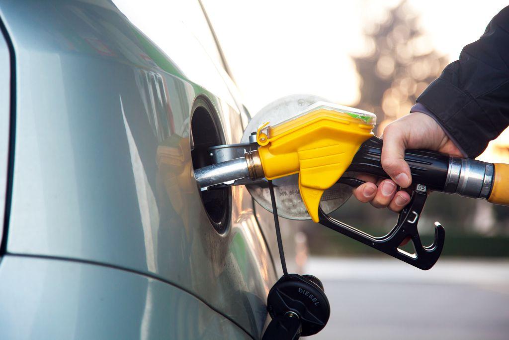 Заправка машины топливом