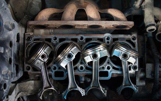 Синий дым из выхлопной трубы дизельного двигателя