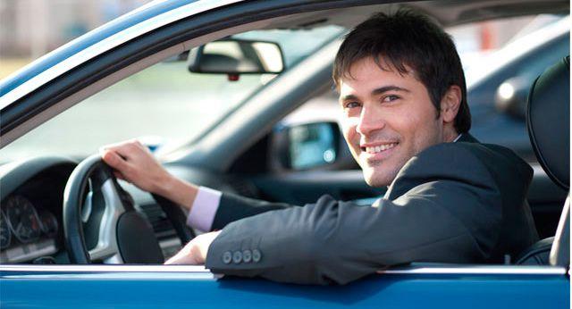 Водитель за рулем своего авто