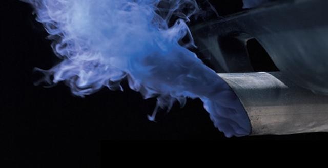 Синий дым из выхлопной трубы бензинового двигателя