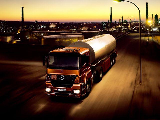 Дизельный грузовик на трассе
