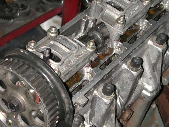 Двигатель ВАЗ 2114 со снятой клапанной крышкой