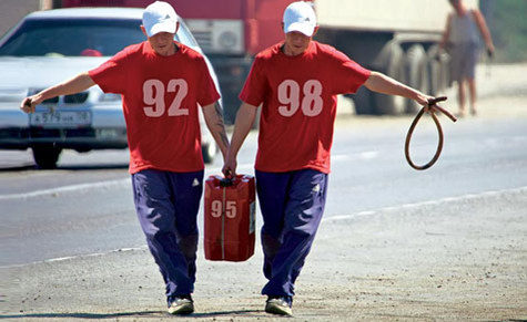 Мужики несут канистру с бензином
