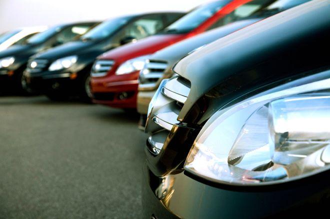 Автомобили в ряд