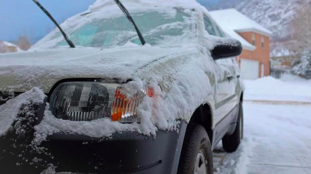 Машины засыпало снегом