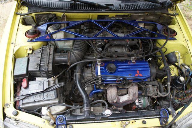 Мотор 4G15 в подкапотном пространстве