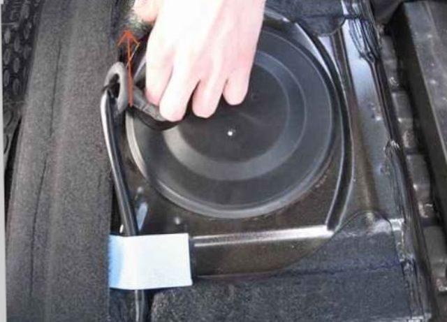 Открываем защитную крышку топливного насоса Шевроле Круз