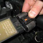 Отсоединяем фиксатор модуля зажигания Шевроле Круз
