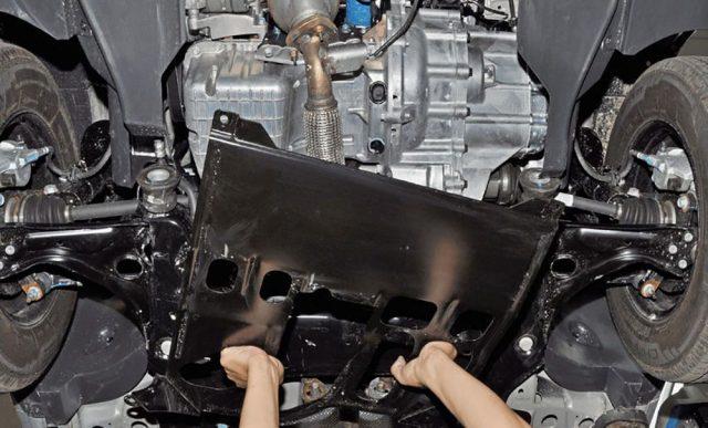 Снимаем защиту двигателя Шевроле Кобальт