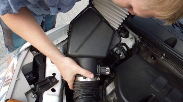 Вынимаем воздушный фильтр Шевроле Кобальт