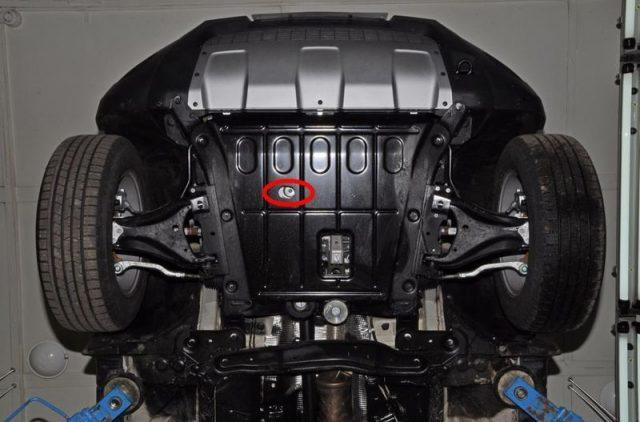 Снимаем защиту двигателя Рено Дастер