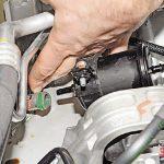Отсоединяем топливопровод Рено Дастер
