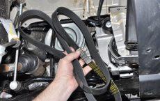 Снимаем ремень вспомогательных агрегатов Рено Дастер