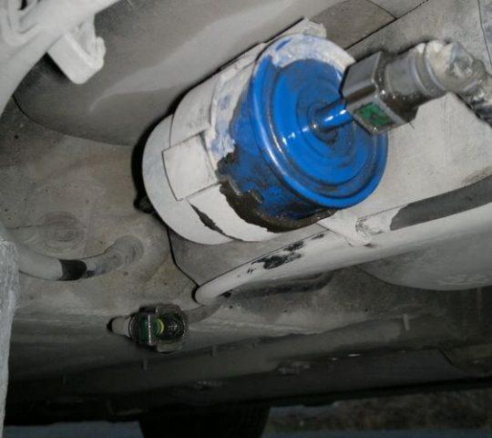 Меняем топливный фильтр Рено Кенгу бензин