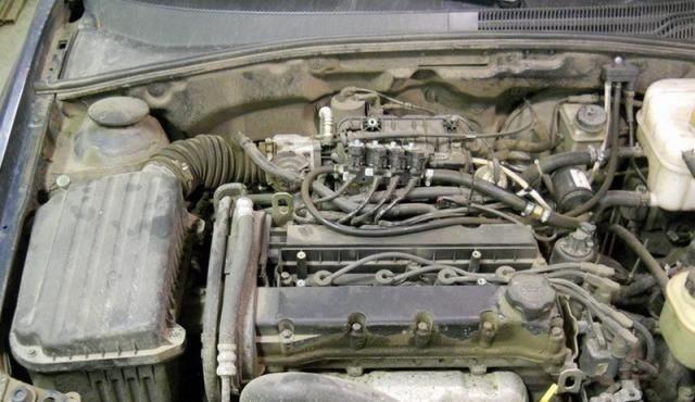 Снимаем верхнюю защиту двигателя Шевроле Лачетти