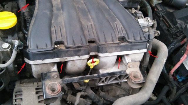 Снимаем верхнюю крышку мотора Рено Лагуна