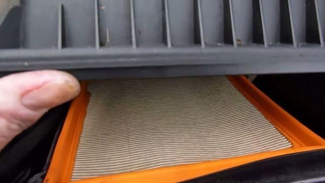 Поднимаем вверх крышку воздушного фильтра Рено Лагуна