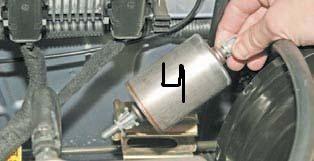 Вынимаем фильтр с кронштейна Дэу Ланос