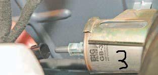 Отсоединяем топливопроводы от топливного фильтра Дэу Ланос