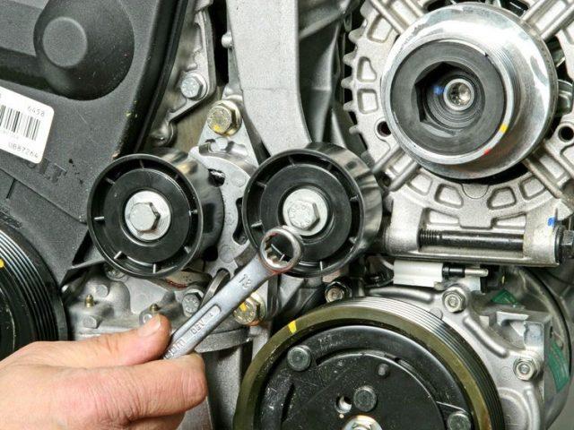 Демонтаж ролика ремня генератора Рено Логан