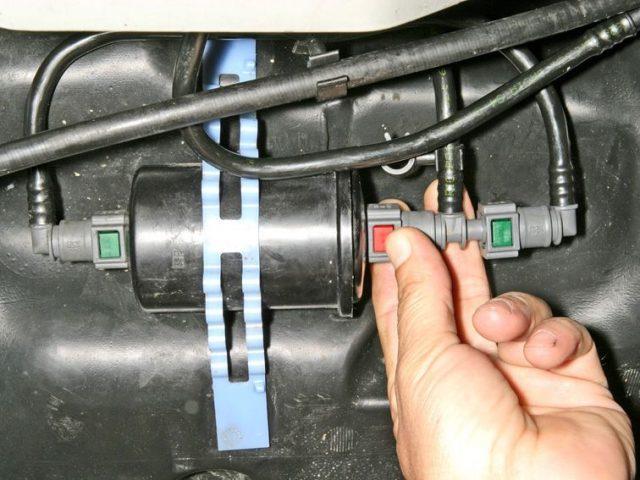 Отсоединяем топливопровод от фильтра Рено Логан