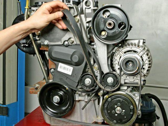 Снимаем ремень навесного оборудования Рено Логан