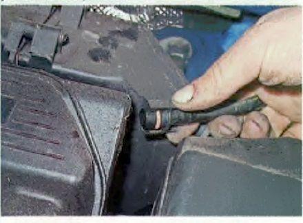 Отсоединяем трубку вакуумного усилителя тормозов Рено Логан