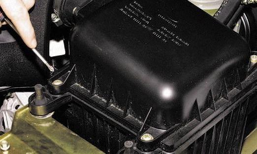 Откручиваем крепление воздушного фильтра Шевроле Нива