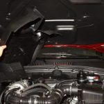Снимаем крышку двигателя Шевроле Нива