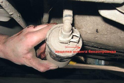 Снимаем топливный фильтр Замена топливного фильтра ChevroletAveo Т250