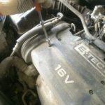 Откручиваем верхнюю декоративную крышку двигателя Шевроле Авео
