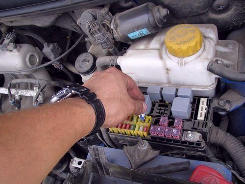 Снимаем предохранитель топливного фильтра Замена топливного фильтра ChevroletAveo Т250
