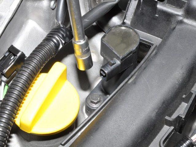 Откручиваем крепление катушки зажигания Renault Sandero 16клапанов