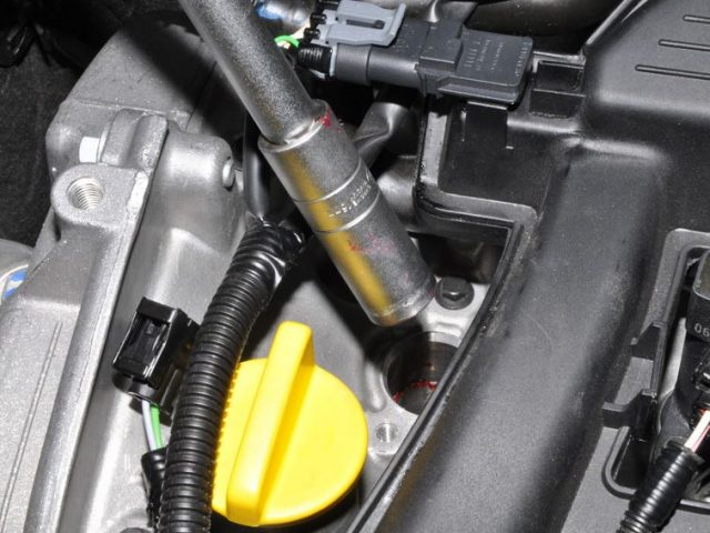 Выкручиваем свечу зажигания Renault Sandero 16клапанов