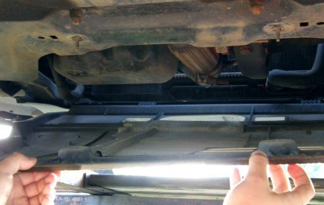 Снимаем защиту двигателя Citroen C3