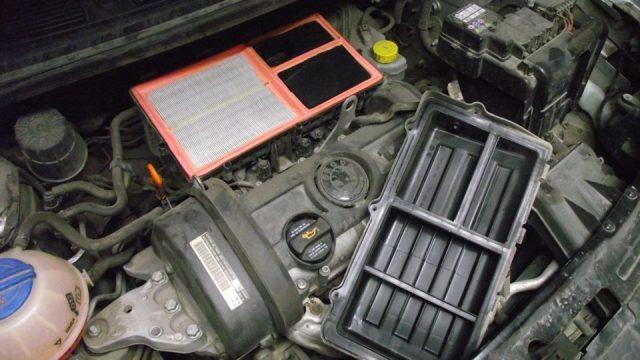 Новый фильтр воздуха в корпусе Skoda Fabia