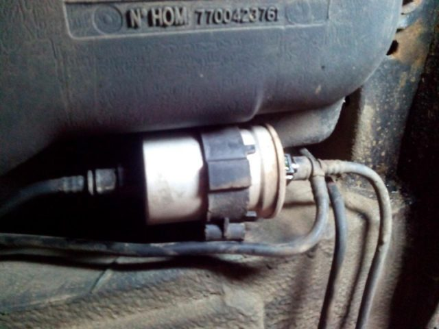 Снимаем топливопроводы Renault Scenic (бензин)