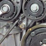 Откручиваем ролик ремня привода вспомогательных агрегатов Renault Scenic