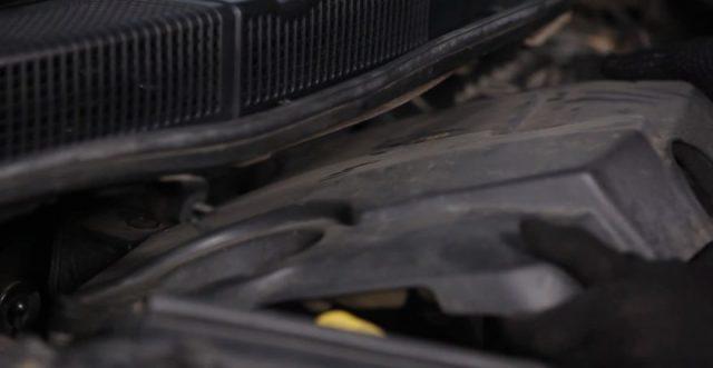 Снимаем верхнюю крышку двигателя Рено Сценик
