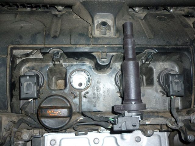 Вынимаем катушки зажигания Peugeot 207