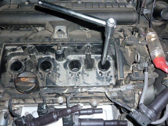Откручиваем свечу Peugeot 207