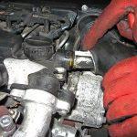 Вынимаем трубку картерных газов Peugeot 207