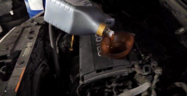 Заливка нового моторного масла в двигатель Шевроле Круз